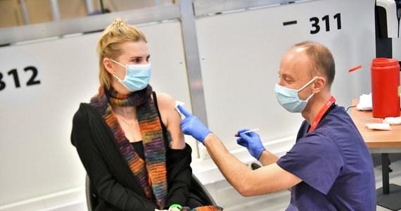 Zapisy na szczepienia przeciw Covid-19 dla osób powyżej 70 lat ruszą od 15 stycznia. E-skierowania dla tej grupy wystawione zostaną automatycznie, według PESEL - podkreśla w rozmowie z PAP konsultantka krajowa ds. medycyny rodzinnej dr hab. n. med. Agnieszka Mastalerz-Migas.
