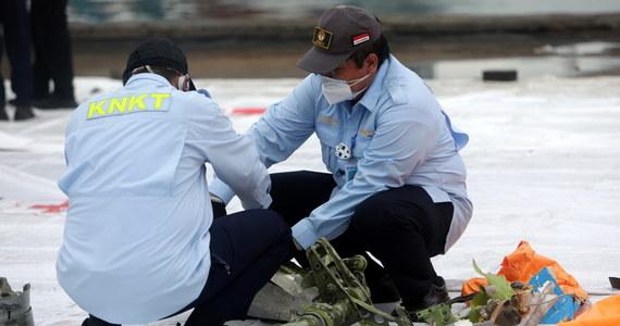 W niedzielę udało się zlokalizować dwie czarne skrzynki z Boeinga 737, który rozbił się w sobotę - poinformował szef Indonezyjskiego Komitetu Bezpieczeństwa Lotniczego Soerjanto Tjahjono. Kawałki rozbitej maszyny zlokalizowano na głębokości 23 m - dodał. Oprócz czarnych skrzynek znaleziono też szczątki ludzkie i fragmenty ubrań- podały indonezyjskie media.