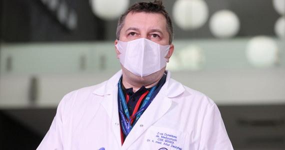 """""""Pandemia przez rok nie odpuściła i powinniśmy wziąć pod uwagę to, co się dzieje w innych krajach oraz liczby w naszym kraju"""" - podkreśla doktor Artur Zaczyński w Porannej rozmowie w RMF FM, mówiąc o utrzymywaniu obostrzeń. Pytany o trzecią falę zachorowań zastępca Dyrektora CSK MSWiA ds. Medycznych dodaje, że """"część osób się nie bada. Przechodzi Covid-19 jako przeziębienie i potem trafiają do szpitali w stanie zagrożenia życia"""". """"Musimy się nauczyć taśmociągu"""" - tak obrazowo doktor Zaczyński mówił o  wolnym tempie szczepień w Polsce."""