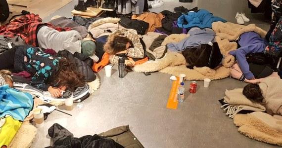 Z powodu śnieżycy ponad 100 osób jest uwięzionych od piątku w centrum handlowym Gran Plaza w mieście Majadahonda we wspólnocie autonomicznej Madrytu. Ludzie śpią na kartonach - poinformował w niedzielę kanał informacyjny telewizji publicznej TVE.