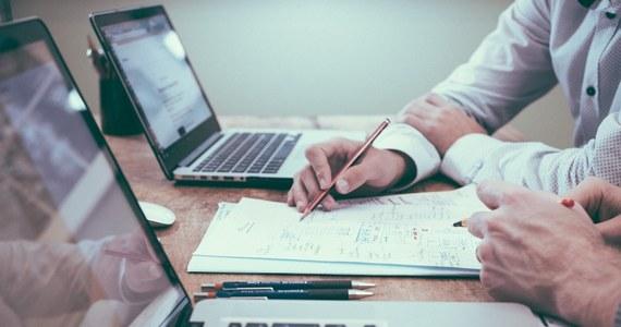 W grudniu przybyło ofert pracy publikowanych w internecie - wynika z Barometru Ofert Pracy przygotowywanego przez Wyższą Szkołę Informatyki i Zarządzania oraz Biuro Inwestycji i Cykli Ekonomicznych. W całym 2020 r. liczba ofert pracy spadła we wszystkich grupach, najwięcej w usługach.