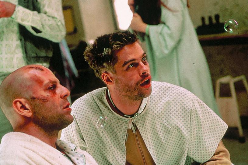 """W styczniu 2021 roku mija dwadzieścia pięć lat od premiery filmu Terry'ego Gilliama """"12 małp"""". Z tej okazji reżyser, członek słynnej grupy Monty'ego Pythona, wrócił wspomnieniami do filmu, który przez wielu określany jest mianem jednej z najlepszych pozycji dotyczących podróży w czasie. Jak się okazuje, w roli, którą ostatecznie zagrał Bruce Willis, studio widziało innych aktorów - Nicolasa Cage'a i Toma Cruise'a."""