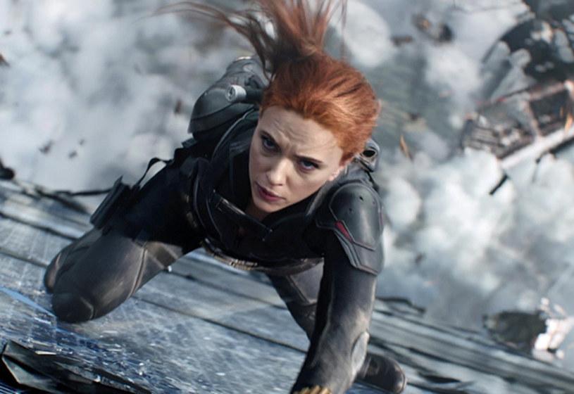 """Wraz z filmami """"Avengers: Koniec gry"""" i """"Spider-Man: Daleko od domu"""" zakończyła się tzw. Trzecia Faza Kinowego Uniwersum Marvela (MCU). Wejście do kolejnej, Czwartej Fazy, pokrzyżował wybuch pandemii COVID-19. To właśnie za jej sprawą konieczne było m.in. przełożenie o rok premiery filmu """"Czarna Wdowa"""" ze Scarlett Johnasson w roli tytułowej. Mimo to, szef Marvel Studios Kevin Feige uważa, że pandemia nie wpłynęła znacząco na Czwartą Fazę MCU."""