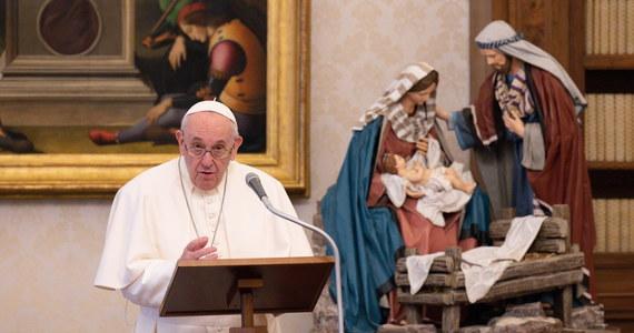 Papież Franciszek postanowił poprzez zmianę zapisu Kodeksu Prawa Kanonicznego, że świeckie kobiety będą miały dostęp do służby Słowa i pomocy przy ołtarzu w formie lektoratu i akolitatu podczas celebracji liturgicznych. Zatwierdził stosowaną już praktykę.