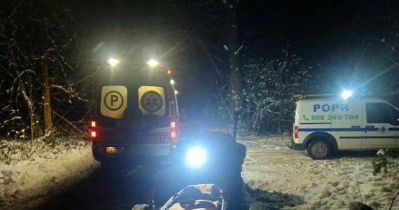 Policjanci i ratownicy z Poszukiwawczego Ochotniczego Pogotowia Ratunkowego uratowali 42-letniego amatora survivalu, który doznał wypadku w lesie i sam nie był w stanie wrócić do domu. Mężczyznę znaleziono w lesie pod Łężycami w Trójmiejskim Parku Krajobrazowym.