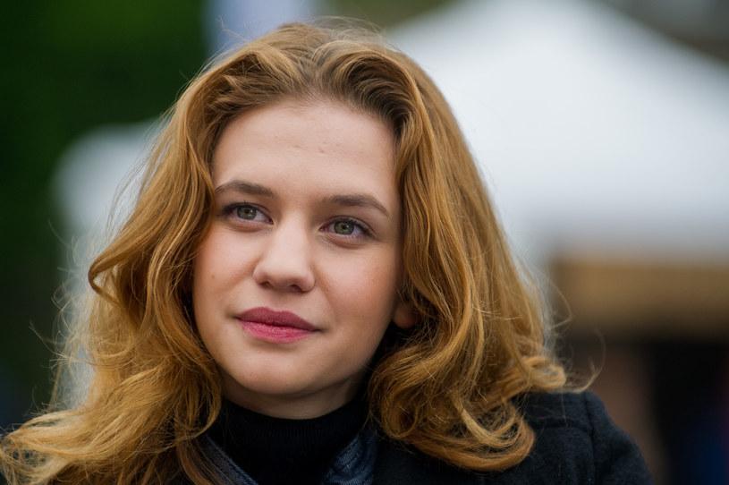 """Aleksandra Grabowska pochodzi z artystycznej rodziny, jej rodzicami są aktorzy: Marta Konarska i Piotr Grabowski. Choć nie chciała pójść w ich ślady i została scenografem, to nie uciekła przed aktorskim przeznaczeniem, które dopadło ją na planie """"Belfra"""". Aleksandrę Grabowską możemy od niedawna oglądać w """"Na dobre i na złe"""", ale to właśnie rola Julki Molendy była dla niej przepustką do kariery."""