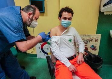 We Włoszech poza kolejką przeciw Covid-19 zaszczepiono 100 tys. osób