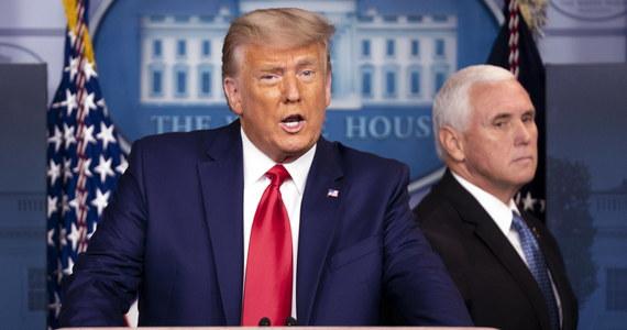 """Po raz pierwszy od środowego szturmu na Kapitol prezydent USA Donald Trump spotkał się ze swoim zastępcą Mike'iem Pencem - podały amerykańskie media. Obaj politycy mieli odbyć """"dobrą rozmowę"""" i wspólnie potępili wtargnięcie tłumu do Kongresu."""
