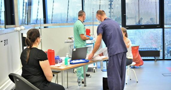 Ministerstwo Zdrowia poinformowało o 5569 nowych przypadkach koronawirusa w Polsce. To niewysoki wynik, jak na bilans po weekendzie. Zmarło 326 zarażonych pacjentów. Łącznie od początku epidemii wykryto 1 395 779 zakażeń, a 31 593 osób zmarło.