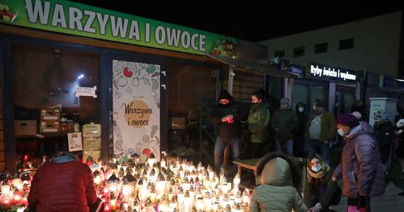 """Policjanci poszukują sprawcy napadu na 67-letniego właściciela sklepu w Ząbkach w woj. mazowieckim. Mężczyzna zmarł w szpitalu kilka godzin po ataku. Onet podaje, że został dotkliwie pobity. O pomoc w złapaniu przestępcy apeluje wnuk 67-latka, który wyznaczył za to wysoką nagrodę. """"To już nie pobicie, a zabójstwo dobrego człowieka"""" - napisał na Facebooku."""