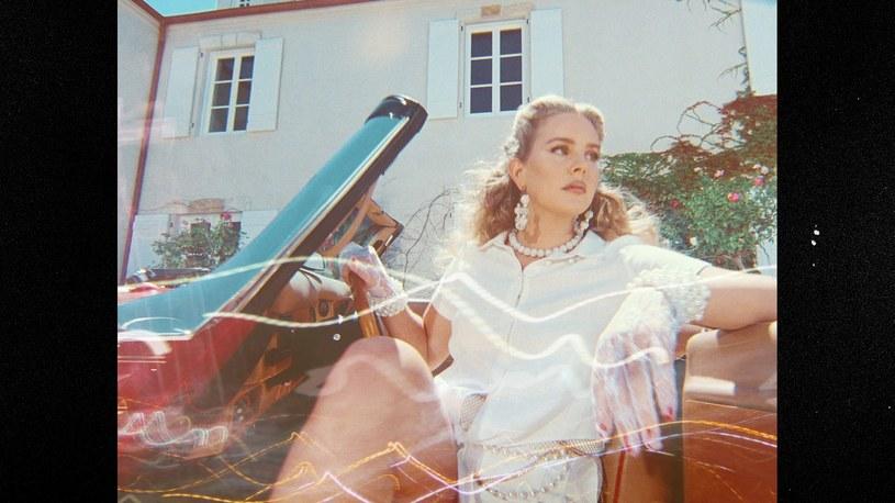 """19 marca do sprzedaży trafi zapowiadany już przez nas album """"Chemtrails Over the Country Club"""" Lany Del Rey. Amerykanka wypuściła do sieci klip do tytułowego singla."""