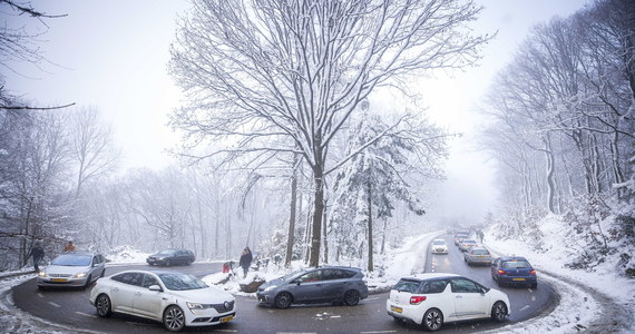 Dla dziewięciu województw IMGW wydało we wtorek ostrzeżenia pierwszego stopnia przed oblodzeniem. Zgodnie z prognozą Instytutu będą obowiązywać do godz. 8 w środę. Na śliską nawierzchnię dróg uważać będą musieli mieszkańcy Dolnego Śląska, Pomorza czy Wielkopolski. Instytut zwraca uwagę także na możliwość wystąpienia  bardzo niskich temperatur – ostrzega przed silnym mrozem w Małopolsce i na Podkarpaciu, oraz porywistym wiatrem na Dolnym Śląsku.