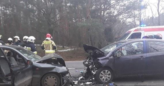 Dwie osoby zginęły na miejscu, cztery, w tym dwoje dzieci, zostały ranne - to tragiczny bilans wypadu, do jakiego doszło przed godz. 13.00 w miejscowości Ręczno w powiecie piotrkowskim. Czołowo zderzyły się dwa samochody osobowe.