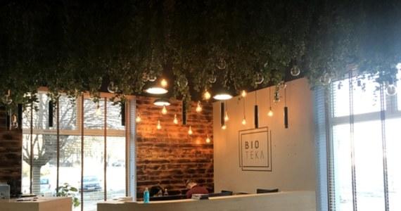 BIO TEKA – to nowa filia Miejskiej Biblioteki Publicznej w Lublinie. Powstała tuż obok Parku Saskiego i co wyróżnia ją z pośród innych? Architektura harmonijnie łącząca nowoczesność z naturalnością materiałów i zielenią. W drewno i rośliny wkomponowane są regały z książkami.