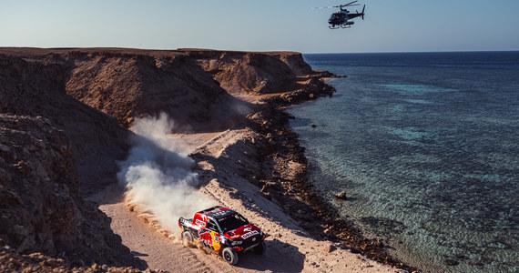 Jakub Przygoński, pomimo problemów jakie sprawiały mu cztery razy przebite opony na trasie 9. etapu, nadal jest czwarty w rywalizacji samochodów w Rajdzie Dakar. Polak zajął we wtorek 18. miejsce, etap wygrał prowadzący w rajdzie Francuz Stephane Peterhansel.