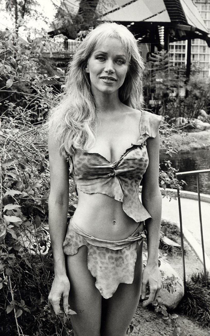 """Tanya Roberts, aktorka, która zagrała dziewczynę Bonda u boku Rogera Moora w filmie o agencie 007 z 1985 roku """"Zabójczy widok"""" zmarła 4 stycznia. Wieloletni partner gwiazdy zadeklarował, że chce rozrzucić jej prochy nieopodal ich domu, w miejscu, gdzie jego ukochana codziennie wychodziła na spacer z pupilami."""