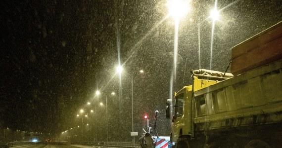 Trudne warunki panują na drogach w wielu regionach kraju. Słuchacze RMF FM o poranku informowali, że na części dróg lokalnych zalegają kilkucentymetrowe warstwy śniegu. Na wielu jezdniach było bardzo ślisko, co spowodowało kolizje. Tylko w województwie śląskim w godzinach porannych doszło do 40 stłuczek.
