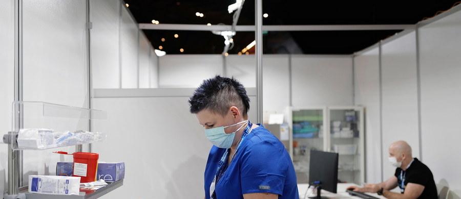 14 stycznia mija termin dopisywania się do szczepień dla kadry medycznej. Chętni zgłaszani są poprzez placówki medyczne, które muszą dopisać swoich pracowników do systemu. Mogą to zrobić także lekarze prowadzący indywidualną praktykę lekarską lub farmaceuci prowadzący aptekę.