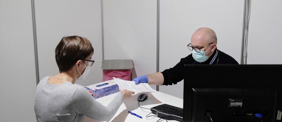 PolskieTowarzystwo Gastroenterologii oraz Konsultant Krajowy w dziedzinie gastroenterologii zajęli stanowisko w sprawie szczepień przeciw COVID-19 u pacjentów z nieswoistymi chorobami zapalnymi jelit. Ich zdaniem u każdego dorosłego pacjenta należy rozważyć szczepienie, nawet jeśli pacjent przeszedł już zakażenie koronawirusem. Wydano jednak szczegółowe wytyczne, kiedy szczepionkę należy odroczyć  a kiedy w ogóle z niej zrezygnować.