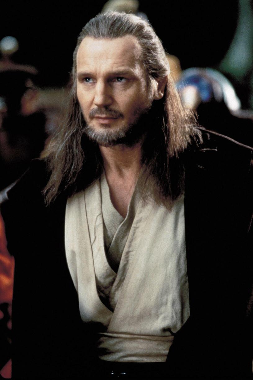 """W 1999 roku w filmie """"Gwiezdne wojny: Część I - Mroczne widmo"""" Liam Neeson wystąpił w roli Qui-Gona Jinna, mentora Obi-Wana Kenobiego. Teraz wcielający się w rolę Kenobiego Ewan McGregor szykuje się do powrotu do tej roli w przygotowywanym właśnie serialu, którego będzie głównym bohaterem. Obok niego, rolę Dartha Vadera powtórzy Hayden Christensen. Czy są zatem szanse na to, że zobaczymy tam również Liama Neesona? Popularny aktor skomentował te spekulacje fanów."""