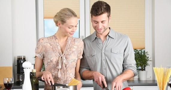 Tegoroczne ferie są inne…ale to nie znaczy, że mają być nudne! Wspólne przygotowywanie posiłków potrafi dostarczyć wiele radości. Odkryjcie w sobie talenty kulinarne i spędźcie wspólnie ze sobą czas. W sieci znajdziecie mnóstwo ciekawych przepisów, które na pewno Was zainspirują. Przed przystąpieniem do pichcenia, warto dokonać przeglądu wyposażenia kuchennego. Jeśli brakuje Ci jakiegoś urządzenia lub po prostu chcesz wymienić je na nowe, spójrz na nasze propozycje. W jaki sprzęt warto zainwestować?