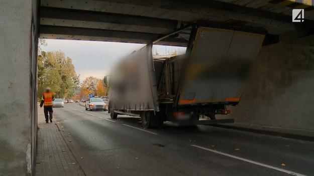 Kierowca ciężarówki zignorował wysokość swojego pojazdu i nie zmieścił się pojazdem pod wiaduktem. Na miejsce przybyli policjanci, ale również w trakcie ich czynności mogło dojść do następnego wypadku, który mógł się skończyć tragicznie. Całość zdarzenia zarejestrowali operatorzy z programu STOP Drogówka.