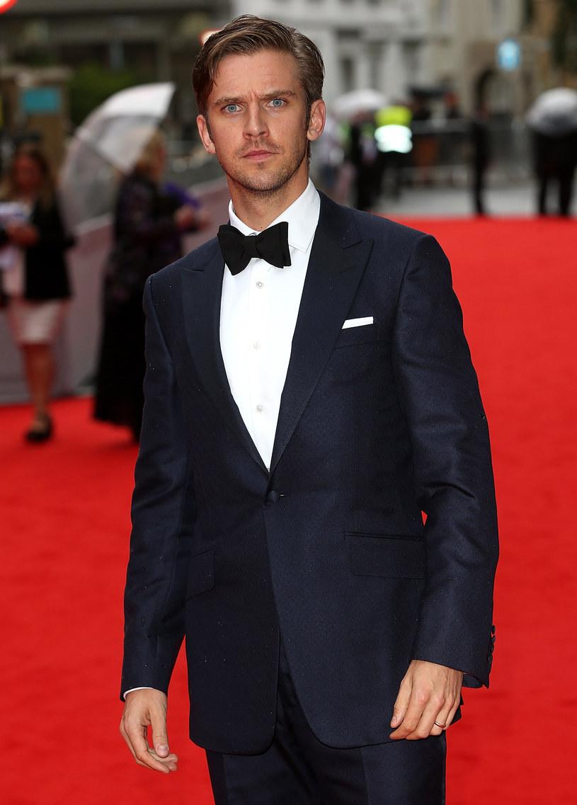 """Rola w brytyjskim serialu """"Downton Abbey"""" była dla Dana Stevensa przepustką do kariery filmowej, którą z powodzeniem kontynuuje w Hollywood. Po raz ostatni w graną w serialu postać Matthew Crawleya wcielił się w wyemitowanym w 2012 roku odcinku specjalnym, który kończył trzeci sezon tej produkcji. Choć od jego odejścia z """"Downton Abbey"""" minęło już tyle lat, aktora wciąż zaskakuje to, jak dużo fanów i osób z branży pyta o jego ewentualny powrót do roli kochanego przez widzów bohatera."""