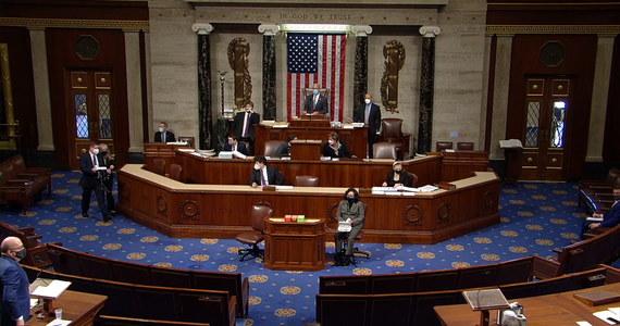 Bez większych zakłóceń przebiega w środę w Izbie Reprezentantów debata nad artykułem impeachmentu prezydenta USA Donalda Trumpa. Wynik głosowania poznamy prawdopodobnie przed północą czasu miejscowego. Przywódca mniejszości republikańskiej w Izbie Reprezentantów Kevin McCarthy podczas dyskusji powiedział, że prezydent USA Donald Trump ponosi odpowiedzialność za szturm na Kapitol. Uznał jednocześnie, że głosowanie za jego impeachmentem byłoby błędem.