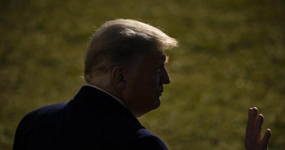 """Izba Reprezentantów USA przegłosowała - przy bezprecedensowych środkach bezpieczeństwa - artykuł impeachmentu prezydenta Donalda Trumpa, w którym zarzuca mu """"podżeganie do powstania"""". Tym samym formalnie postawiono go w stan oskarżenia. Z kolei prezydent wydał oświadczenie w którym potępił niedawne wydarzenia na Kapitolu."""