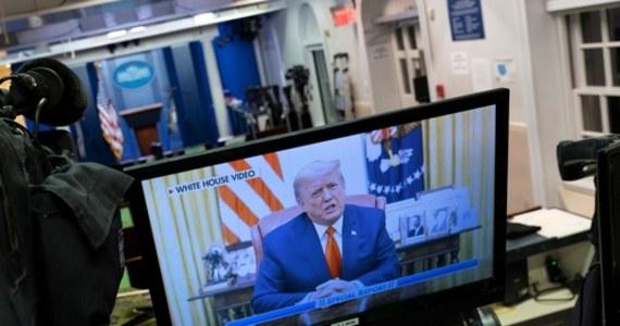 """""""Żaden mój wyborca nie może popierać politycznej przemocy, ani okazywać braku szacunku dla naszych wartości"""" - podkreśla w specjalnym oświadczeniu Donald Trump. Na Twitterze Białego Domu prezydent Stanów Zjednoczonych komentuje zamieszki na Kapitolu. """"Potępiam przemoc, którą widzieliśmy w tamtym tygodniu"""" - komentuje. W nagraniu trwającym ponad 5 minut nie odniósł się w żaden sposób do przegłosowania przez Izbę Reprezentantów artykułu impeachmentu."""