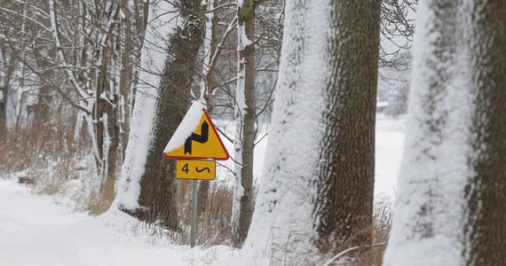 Małopolska, Śląsk oraz Dolny Śląsk. Czwartkowy poranek, w wielu miejscach Polski, powitał kierowców trudnymi warunkami na drogach. Było biało i ślisko - ostrzegaliście na Gorącą Linię RMF FM. Z piątku na sobotę temperatura spadnie miejscami do -19 st. C.