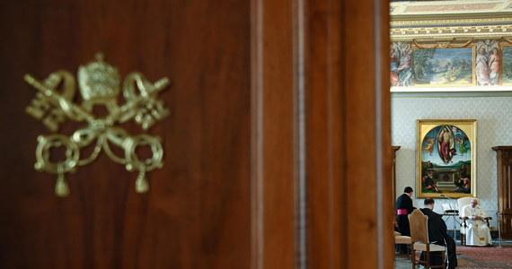 Papież Franciszek i jego emerytowany poprzednik Benedykt XVI zostali zaszczepieni przeciwko Covid-19 - potwierdził w czwartek dyrektor biura prasowego Watykanu Matteo Bruni. Obaj otrzymali pierwszą dawkę szczepionki.