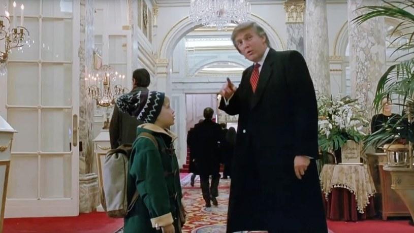 """Po szturmie na Kapitol zwolenników prezydenta USA Donalda Trumpa, spadły na niego zarzuty, że podżegał do przemocy. Z tego powodu grozi mu nie tylko impeachment, ale mogą być i inne konsekwencje. Na przykład to, że może zostać wycięty z filmu """"Kevin sam w Nowym Jorku"""". Odtwórca roli Kevina, Macaulay Culkin, poparł apel internautów, aby przemontować tę produkcję."""