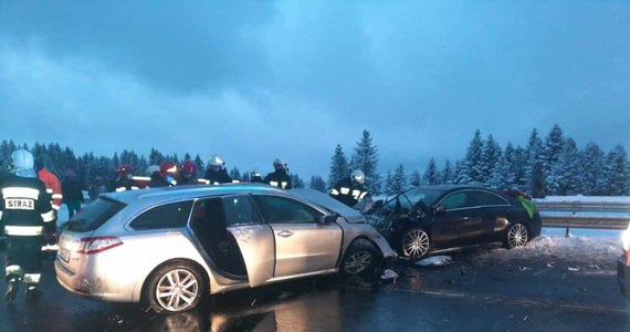Jedna osoba zginęła, a cztery zostały ranne w wypadku na zakopiance. Doszło do niego w Krzeczowie między Lubniem a Skomielną Białą.
