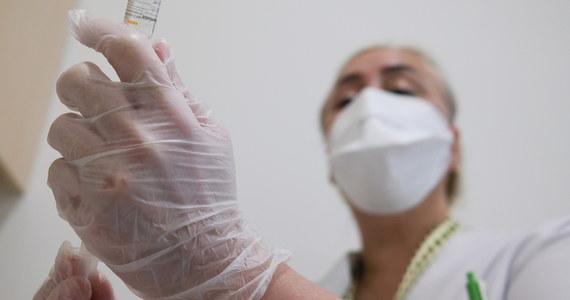 Komisja Europejska informuje, że podpisała umowy na dostawę szczepionek przeciwko Covid-19 z 6 firmami. To AstraZeneca (400 milionów dawek), Sanofi-GSK (300 milionów dawek), Johnson & Johnson (400 milionów dawek), Pfizer/BioNTech (600 milionów dawek), CureVac (405 milionów dawek) i Moderna (160 milionów dawek). Wstępne rozmowy na temat dostawy szczepionek zakończono także z firmą Novavax (do 200 milionów dawek).