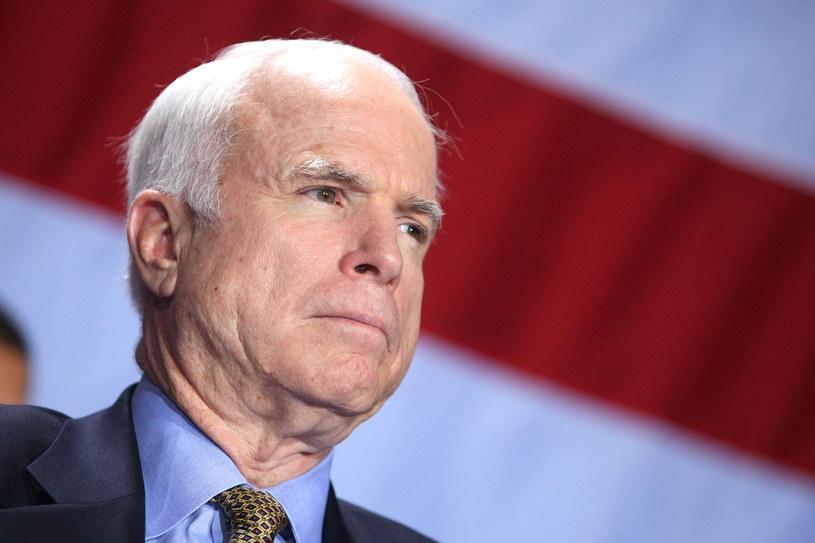 """Zmarły w 2018 roku John McCain, amerykański polityk, weteran wojenny, senator z Arizony oraz kandydat Partii Republikańskiej w wyborach prezydenckich w 2008 roku będzie bohaterem powstającego filmu biograficznego. Podstawą scenariusza będzie biograficzna książka """"The Luckiest Man: Life With John McCain"""" (""""Najszczęśliwszy człowiek: Życie z Johnem McCainem"""") napisana przez przyjaciela McCaina, Marka Saltera."""