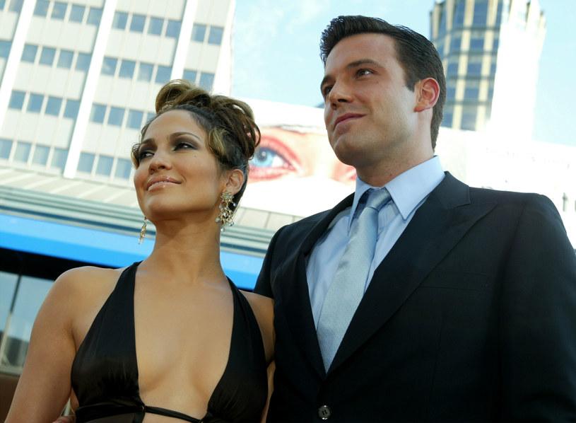 """Ben Affleck, dwukrotny laureat Oscara w ostatnim wywiadzie wrócił wspomnieniami do swojego niezwykle medialnego związku z Jennifer Lopez. Przed niespełna dwoma dekadami uchodzili oni za jedną z najgorętszych par w Hollywood, a prasa prześcigała się w publikowaniu doniesień na temat ich prywatnego życia. Gwiazdor wyznał, że dziennikarze w okrutny sposób traktowali jego ówczesną dziewczynę. """"Ludzie byli w stosunku do niej cholernie wredni, seksistowscy i rasistowscy"""" - stwierdził dobitnie filmowiec."""