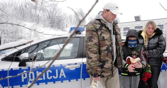 13-letnia Patrycja z Bytomia, której ciało znaleziono w środę w Piekarach Śląskich, była w ciąży – potwierdziła prokuratura po przeprowadzonej sekcji zwłok. Bezpośrednią przyczyną śmierci dziewczyny była rana kłuta serca. Decyzja w sprawie przyszłości 15-letniego Kacpra, który przyznał się do zbrodni, zapadnie po zgromadzeniu materiału dowodowego.