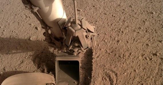 NASA ostatecznie zakończyła misję polskiego Kreta na Marsie. Po blisko dwóch latach prób penetrator nie zdołał zgodnie z planem wbić się pod powierzchnię Czerwonej Planety, by pomóc z badaniach przepływu ciepła z wnętrza Marsa. Urządzenie, wyprodukowane przez firmę Astronika z Warszawy i zintegrowane z sondą InSight przez Niemiecką Agencję Kosmiczną (DLR) pracowało poprawnie, problemem okazała się struktura marsjańskiego gruntu, który w miejscu lądowania sondy ubijał się zamiast osypywać i nie zapewnił Kretowi odpowiedniego tarcia.