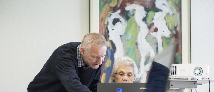 Najłatwiej zarejestrować się na szczepienie korzystając z Internetowego Konta Pacjenta. By to zrobić potrzebny jest Profil Zaufany. To duże ułatwienie dla młodych, jednak w przypadku osób starszych może stanowić problem. Dlatego Ministerstwo Cyfryzacji udostępni nową usługę - tymczasowy profil zaufany dla seniorów 80+.