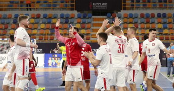 Polska wygrała z Tunezją 30:28, a Hiszpania zaledwie zremisowała z Brazylią 29:29 w pierwszych meczach grupy B mistrzostw świata piłkarzy ręcznych w Egipcie. Do sporej niespodzianki doszło w grupie C, gdzie faworyzowana Chorwacja zremisowała z Japonią 29:29.