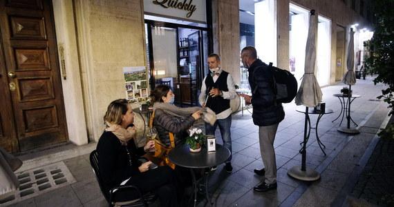 """Mniej restauracji i barów we Włoszech niż zapowiadano było otwartych w piątek wieczór wbrew obowiązującemu zakazowi. Restauratorzy wzięli udział w inicjatywie """"Ja otwieram"""" w proteście przeciw restrykcjom, które w większości regionów zaostrzą się w niedzielę."""