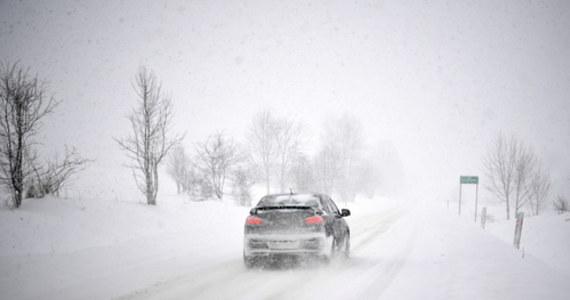 IMGW ostrzega przed zamieciami śnieżnymi w sześciu województwach. Intensywne opady śniegu oraz silny mróz spodziewane są też w powiatach górskich, w części Podlasia oraz Podkarpacia