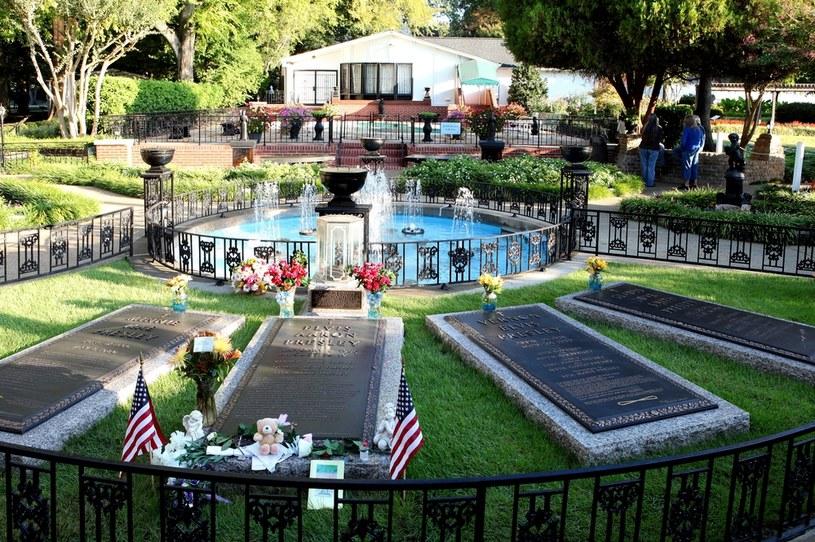 Położoną w Memphis w stanie Tennessee posiadłość Elvisa Presleya, w której mieści się muzeum Króla Rock and Rolla, w czasie pandemii koronawirusa można będzie zwiedzać wirtualnie. Bilety na wycieczki online po Graceland kosztują 100 dolarów - poinformowała agencja AP.