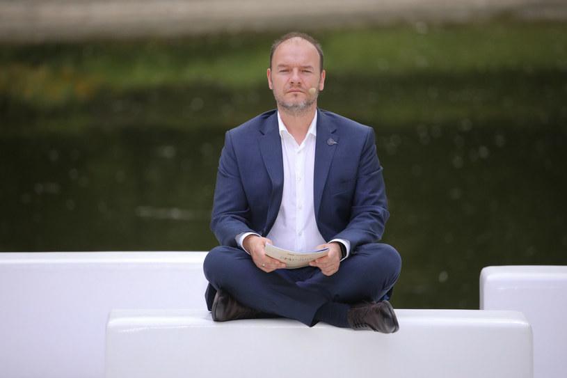 """""""System"""" nie widzi artystów. Przeważająca część środowiska żyje w biedzie, nie ma żadnych zabezpieczeń społecznych. Projektowana przez MKiDN ustawa o uprawnieniach artysty zawodowego ma szansę to zmienić - powiedział PAP aktor, reżyser, p.o. dyrektora Teatru im. Juliusza Osterwy w Lublinie Redbad Klynstra-Komarnicki."""