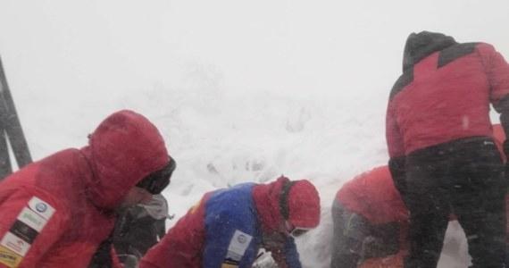 Ponad 20 ratowników górskich interweniowało dziś w Beskidzie Żywieckim. Grupa pięciu osób chciała zdobyć szczyt Babiej Góry mając na sobie jedynie krótkie spodenki i buty. Stan jednej z uczestniczek wyprawy był na tyle zły, że nie mogła ona samodzielnie wrócić na przełęcz Krowiarki.
