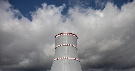 """Pierwszy blok białoruskiej elektrowni atomowej w Ostrowcu, w obwodzie grodzieńskim, został odłączony od zasilania; zadziałał system ochrony generatora - poinformowało ministerstwo energetyki Białorusi. Zapewniło również, że poziom promieniowania w rejonie elektrowni jest w normie. """"Nasze stacje pomiarowe rozmieszczone przy granicy z Białorusią nie odnotowały żadnych odchyleń od normy"""" - oświadczył z kolei Stanisław Janikowski rzecznik Państwowej Agencji Atomistyki (PAA)."""
