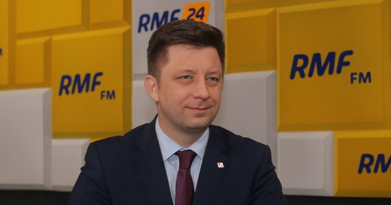 """""""Dzisiejsza dostawa (szczepionki przeciwko Covid-19 - red.) jest w sposób zasadniczy mniejsza od dotychczasowych"""" – powiedział w internetowej części Porannej rozmowy w RMF FM Michał Dworczyk. """"Wynosiły one ok. 360 tysięcy dawek. Kolejne dostawy mają być nieco mniejsze niż 360 tysięcy"""" – dodał szef kancelarii premiera i pełnomocnik rządu do spraw szczepień zaznaczając jednocześnie, że """"po 15 lutego - i to jest deklaracja ustna - ma być tych szczepionek z kolei więcej"""". Zastrzegł jednak, że """"bardzo ostrożnie podchodzi do różnego rodzaju deklaracji składanych czy to ustnie czy to nawet oficjalnie"""". """"One już wielokrotnie się zmieniały"""" - powiedział Dworczyk."""