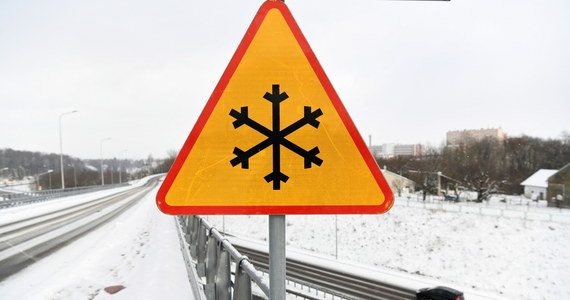 """Silny mróz w całym kraju - aktualne ostrzeżenia IMGW wskazują, że alert pierwszego stopnia dotyczy już całej Polski. """"Lokalnie na północnym wschodzie możliwy spadek temperatury do -27°C"""" - informuje IMGW."""