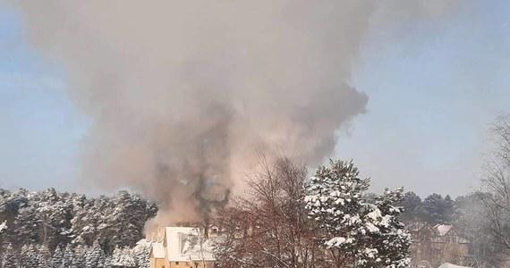 Pożar hotelu przy ul. Turystycznej w Augustowie. Kłęby dymu widać z daleka, na miejscu pracuje około 30 jednostek straży pożarnej.